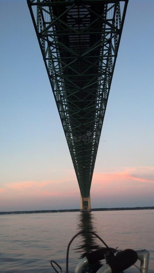 Żeglować pod Mackinac mostem przy brzaskiem obrazy royalty free