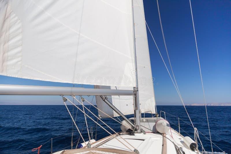 Żeglowanie łódź w morzu obrazy stock