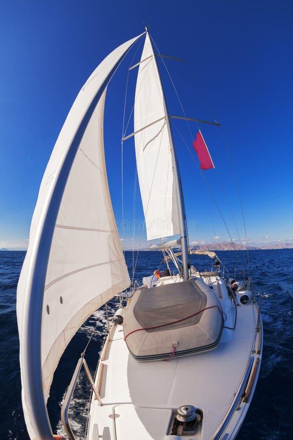 Żeglowanie łodzi frontowy widok obrazy stock