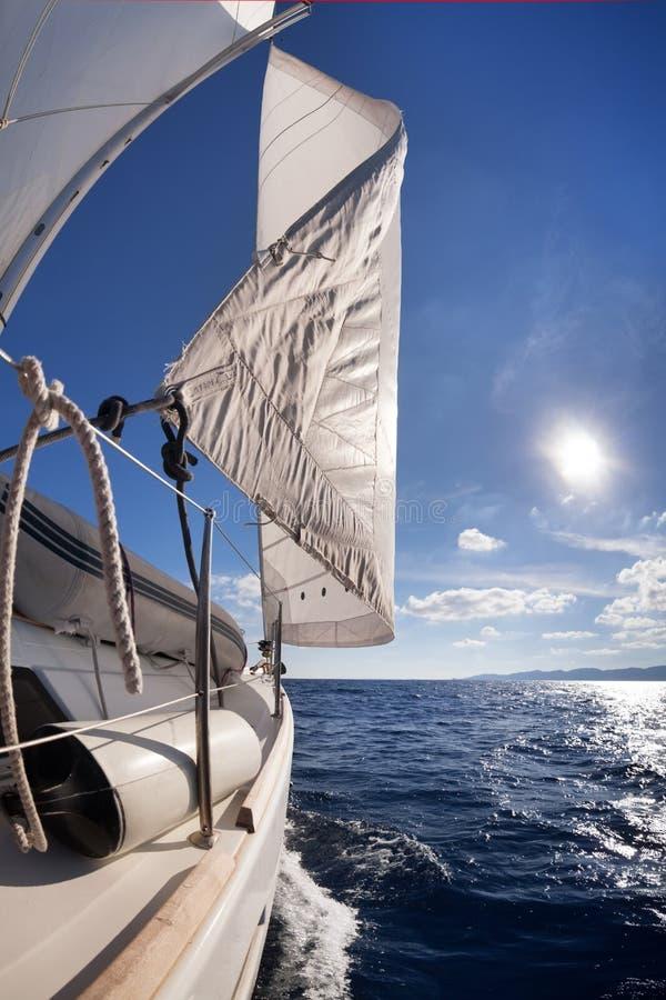 Żeglowanie łodzi kąta szeroki widok fotografia stock