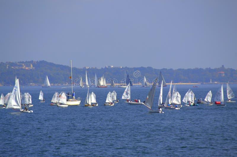 Żeglowanie łodzi rasa Varna Bułgaria zdjęcie royalty free