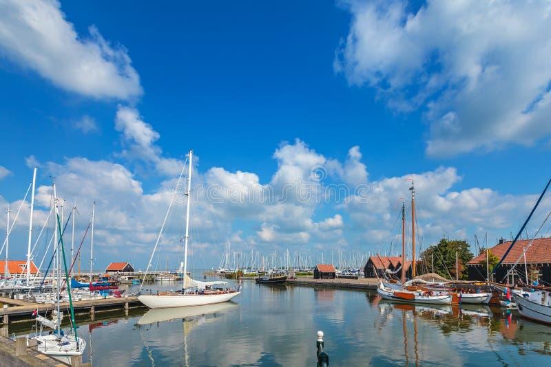 Żeglowanie łodzie w Holenderskim schronieniu Hindeloopen fotografia stock