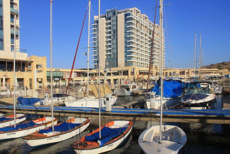 Żeglowanie deptak w Herzliya Marina i jacht, Izrael obraz royalty free