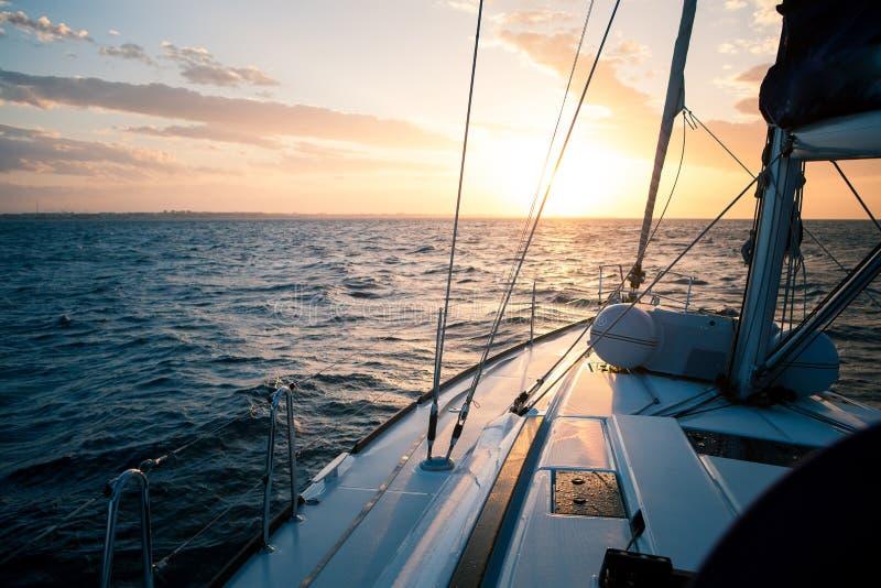Żeglowanie jacht przy zmierzchem w otwartym morzu fotografia royalty free