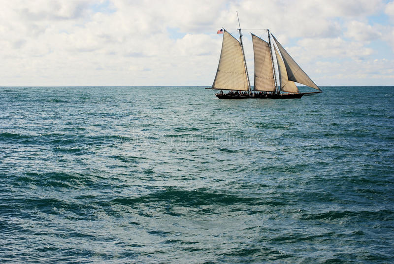Download żeglowanie stary statek obraz stock. Obraz złożonej z chmury - 13335107