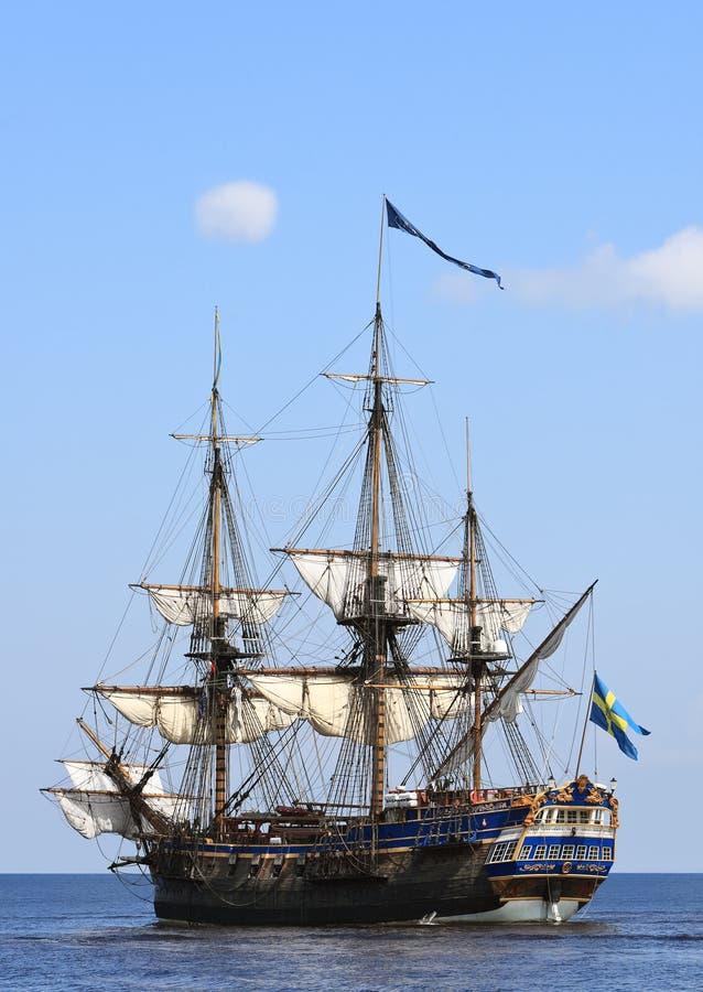Żeglowanie statek przy morzem fotografia stock