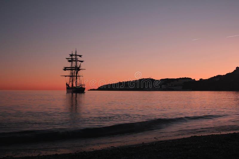 Żeglowanie statek przy zmierzchem w Hiszpania fotografia stock