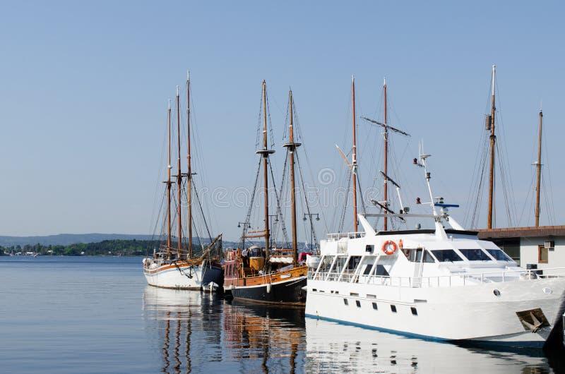 Żeglowanie statki przy dokiem w Oslo obrazy stock