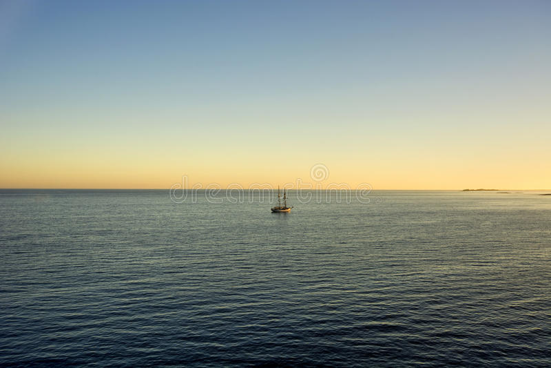 Żegluje statek zakotwiczającego daleko raj wyspa w Nassau, Bahamas obraz royalty free