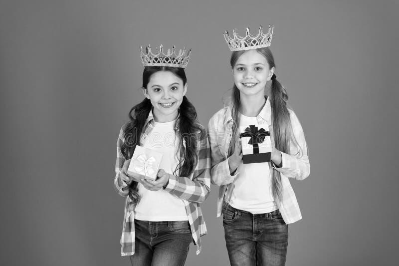 Egocentryczny princess Dzieciaki s? ubranym z?otego korona symbolu princess Ka?dy dziewczyna marzy zosta? princess ma?a ksi??nicz zdjęcie royalty free