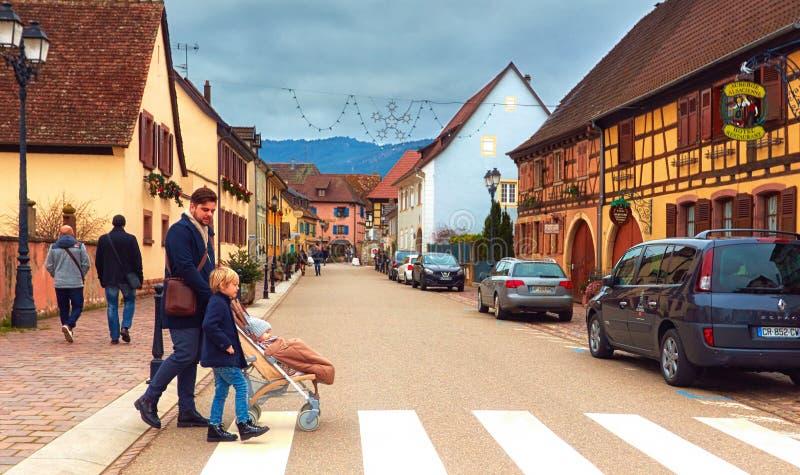 EGUISHEIM, ALSACE FRANCJA, GRUDZIEŃ, - 24, 2017: Głównej ulicy ruta powabna i malownicza stara wioska zdjęcia royalty free