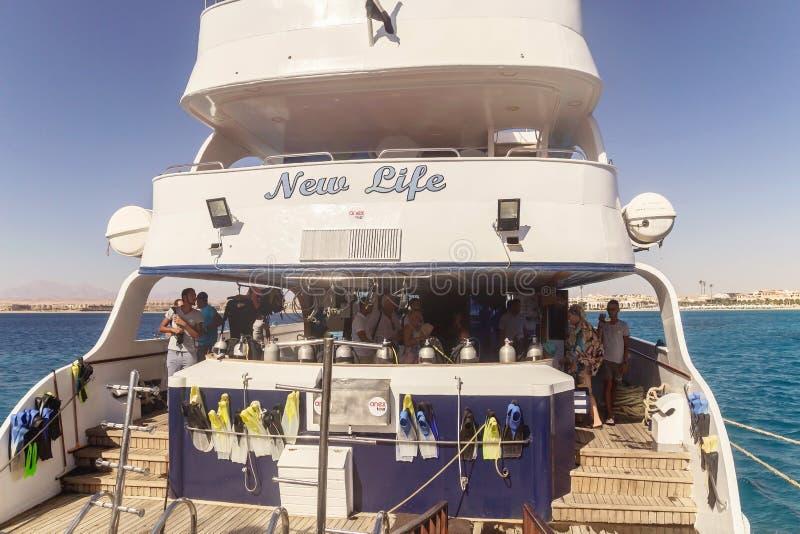 egypt Hurgada Oktober 6, 2016 En nöjeyacht med turister royaltyfria foton