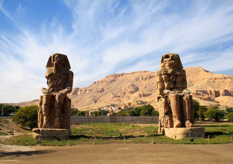 Egypt Luxor Die Kolosse von Memnon - zwei enorme Steinstatuen lizenzfreie stockfotografie