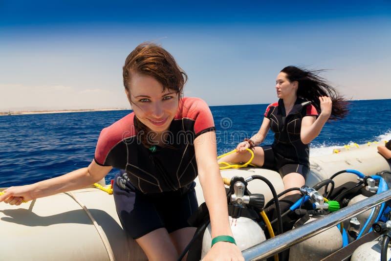Egypt Rotes Meer Frau im Boot Tauchender Ausflug stockbild