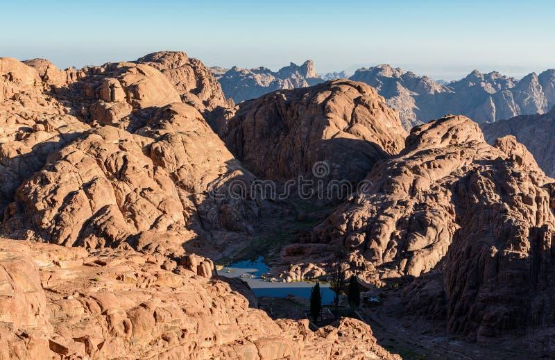 Egypte, Sinai, zet Mozes op Weergeven van weg waarop de pelgrims de berg van Mozes en weinig bergmeer in vallei beklimmen royalty-vrije stock afbeelding