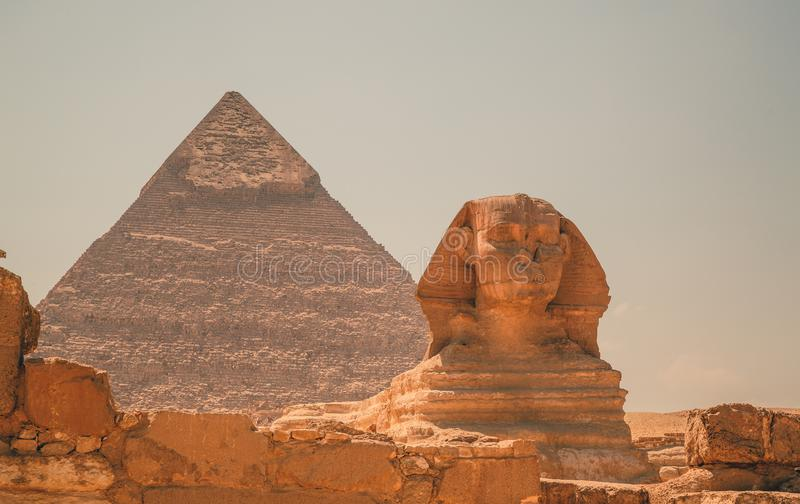 Egypten Kairo; Augusti 19, 2014 - de egyptiska pyramiderna i Kairo arkivbild