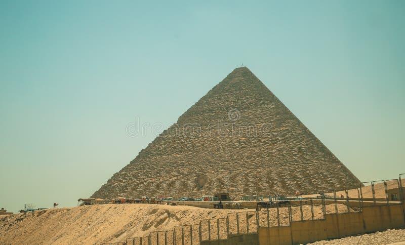 Egypten Kairo; Augusti 19, 2014 - de egyptiska pyramiderna i Kairo royaltyfria foton