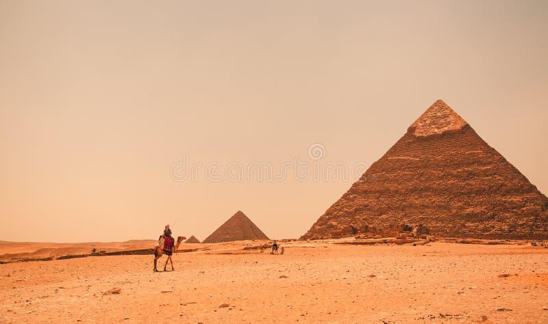 Egypten Kairo; Augusti 19, 2014 - de egyptiska pyramiderna i Kairo Bågen av templet arkivfoton