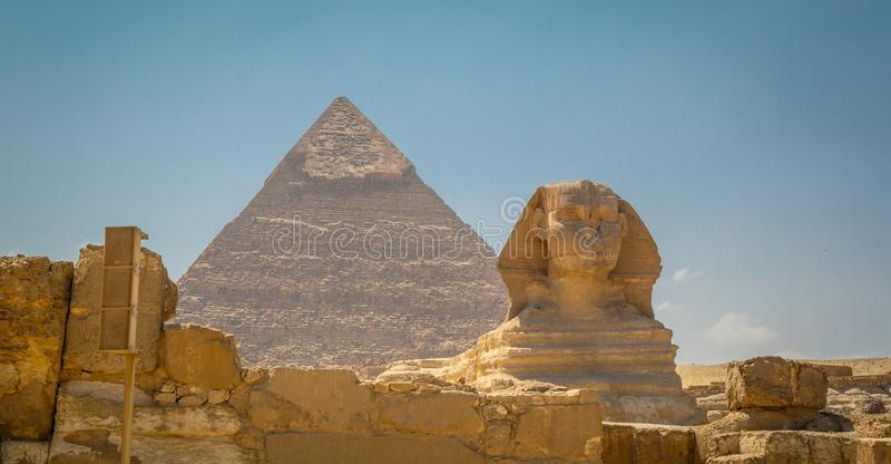Egypten Kairo; Augusti 19, 2014 - de egyptiska pyramiderna i Kairo Bågen av templet royaltyfri bild