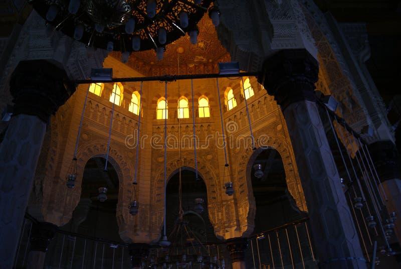 EGYPTEN KAIRO - SEPTEMBER 19, 2010: inre av moskén arkivfoto