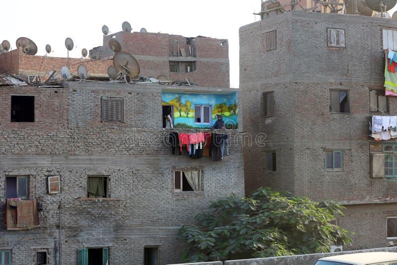 09 21 2015 Egypten Kairo, smutsigt oavslutat hus Och en ljust målad balkong med linnar royaltyfria foton