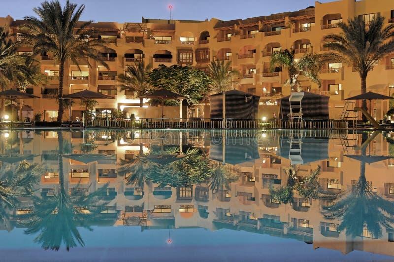 Egyptisch hotel met pool royalty-vrije stock afbeelding