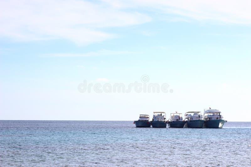 Egyptisch landschap Vier schepen op de horizon royalty-vrije stock foto's