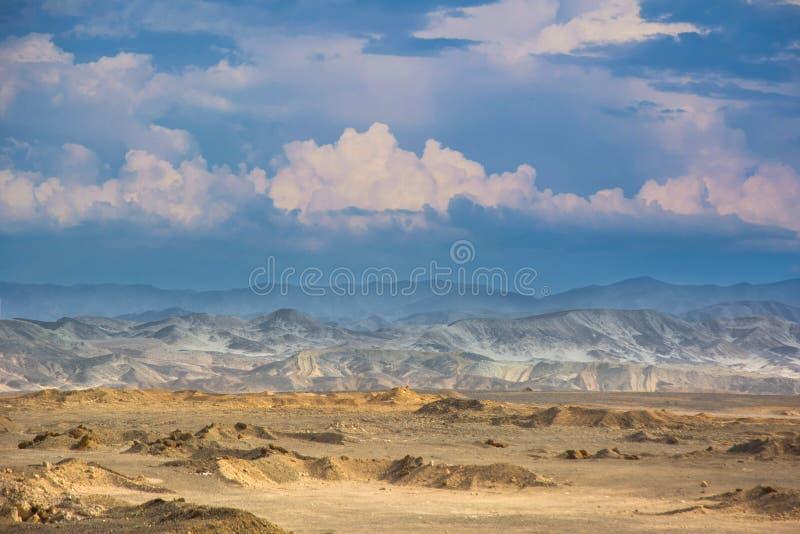 Egyptisch woestijn panoramisch landschap onder bewolkte hemel stock foto's