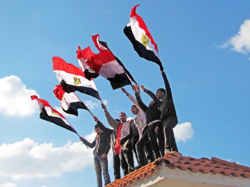 Egyptische Demostrators Die Vlaggen Golven Redactionele Afbeelding
