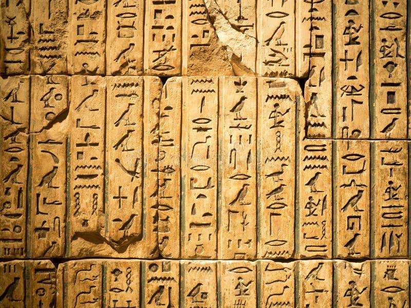 Egyptische die hiëroglief in zandsteen wordt gesneden stock foto's