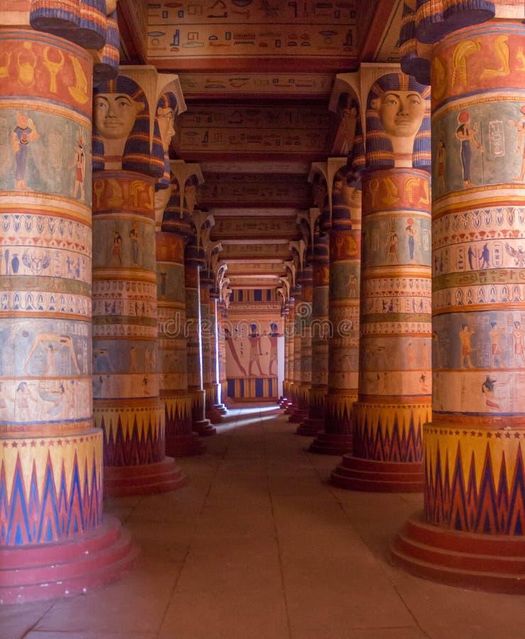 Egyptische die tempelkolommen met hiërogliefen worden gevuld stock afbeeldingen