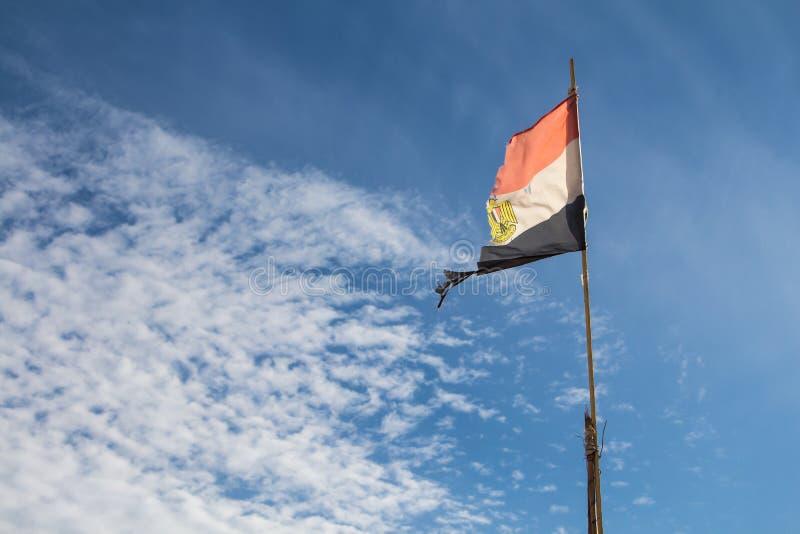 Egyptische haveloze vlag in de wind stock afbeelding