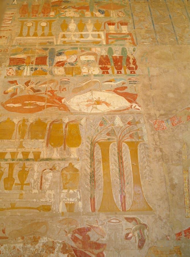 Egyptische hiërogliefen in de Koninginhatshepsut tempel in Egypte stock foto's