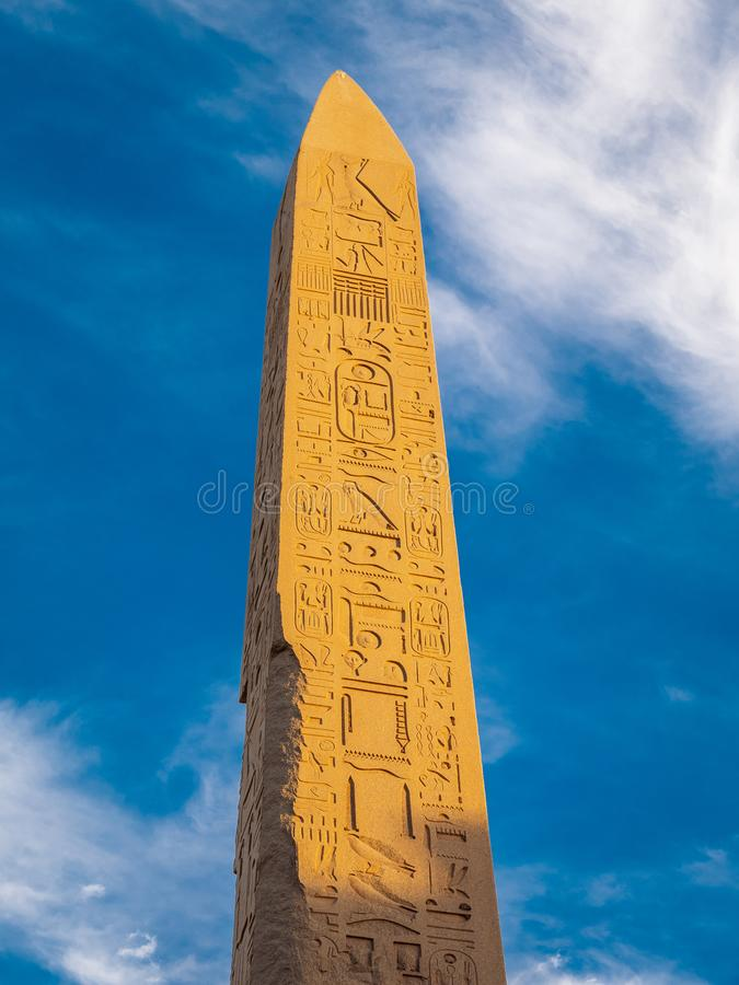 Egyptische Obelisk in Karnak in zonsonderganglicht stock foto