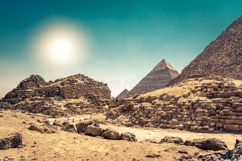 Egyptische piramides in zandwoestijn en duidelijke hemel stock afbeeldingen