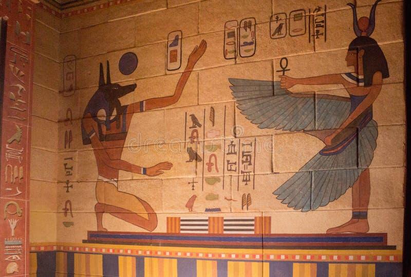 Egyptische tempelmuur die met hiërogliefen wordt gevuld stock foto's