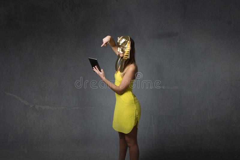 Egyptische vrouw die tablet gebruiken royalty-vrije stock foto's