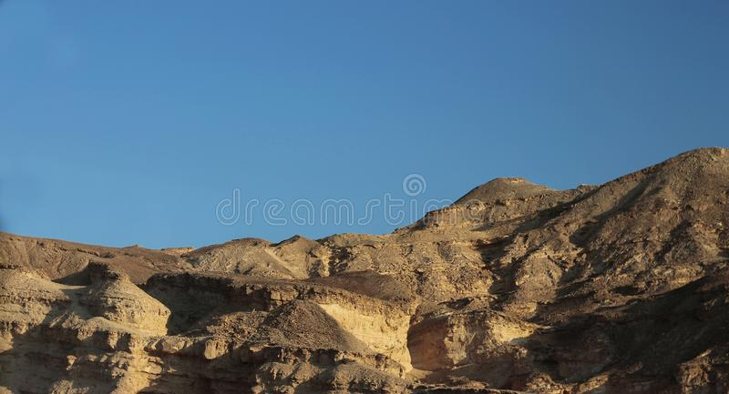 Egyptische Woestijn bij de dag en duidelijke blauwe Hemel stock afbeeldingen