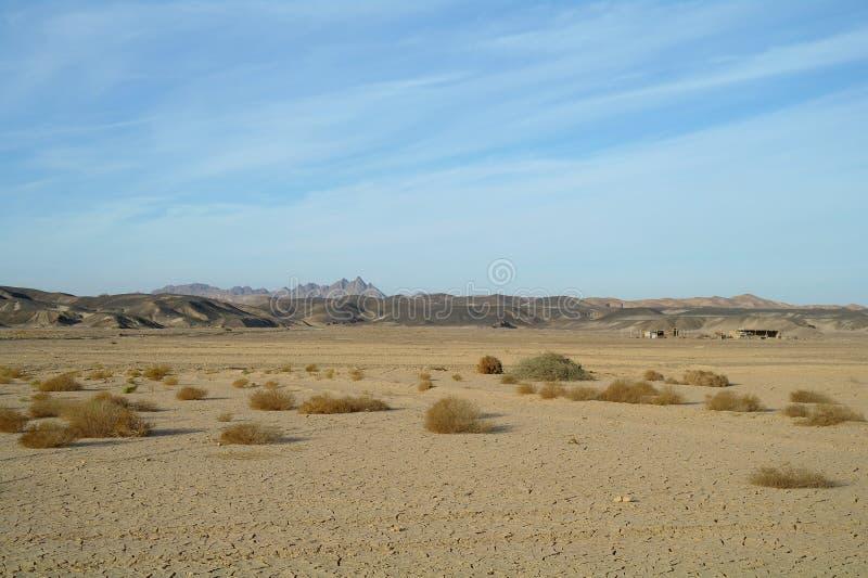 Egyptische woestijn en blauwe hemel royalty-vrije stock afbeeldingen
