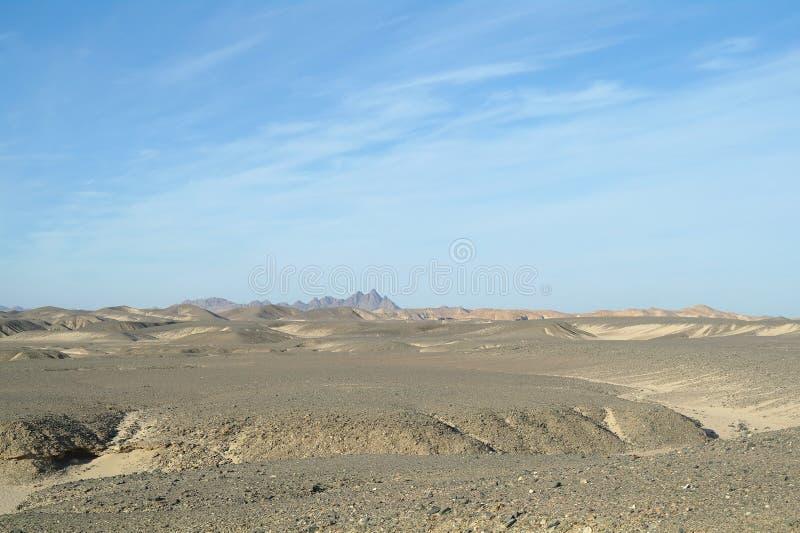 Egyptische woestijn en blauwe hemel stock afbeelding