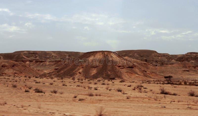 Egyptisk öken och Mysty himmel i dagsljuset arkivfoto