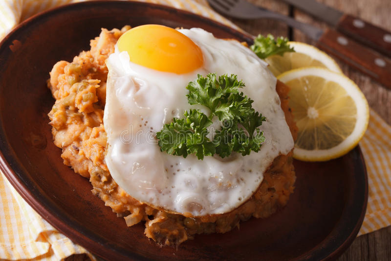 Egyptisk frukost: bönor med en stekt äggnärbild horisontal arkivfoto