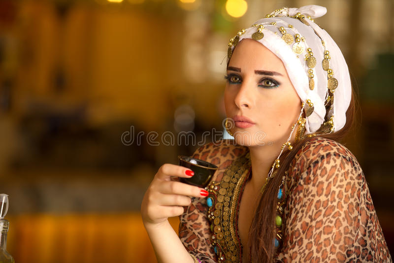 Egyptisk härlig kvinna som dricker kaffe arkivbilder