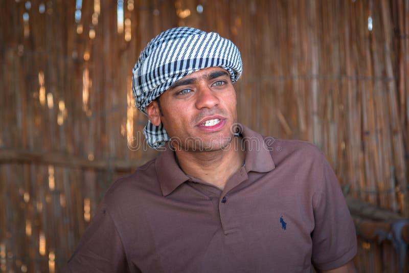 Egyptisk handbok till ökenturen nära Hurghada fotografering för bildbyråer