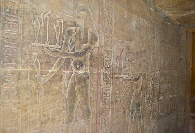 egyptisk hieroglyphic tempelvägg för carvings arkivfoto