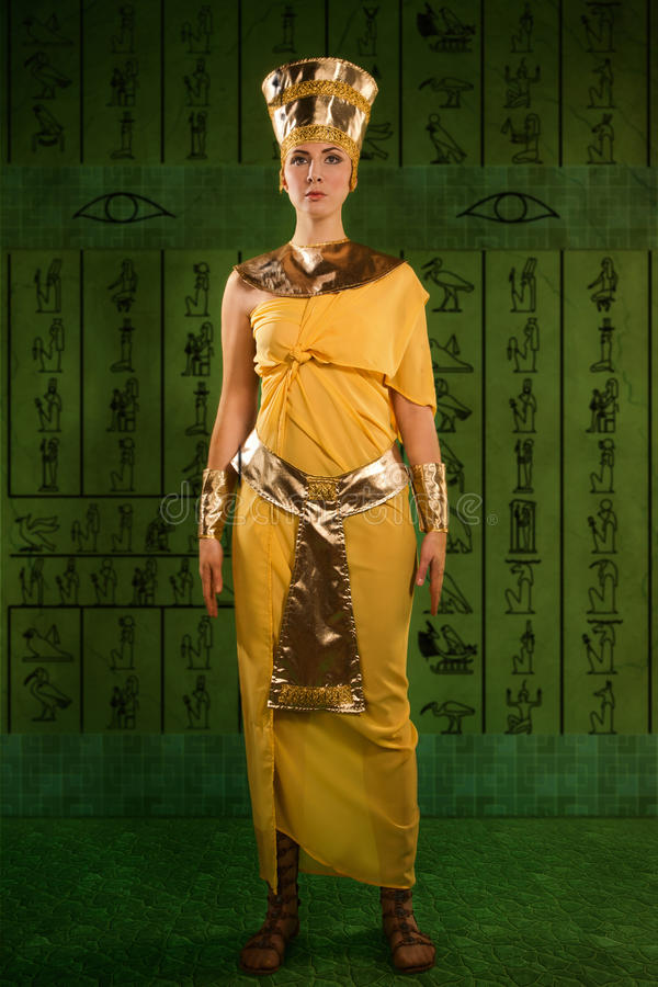 Egyptisk kvinna i dräkten av farao royaltyfri fotografi