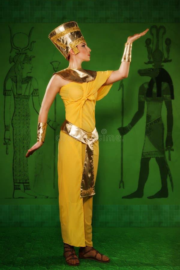 Egyptisk kvinna i dräkten av farao fotografering för bildbyråer