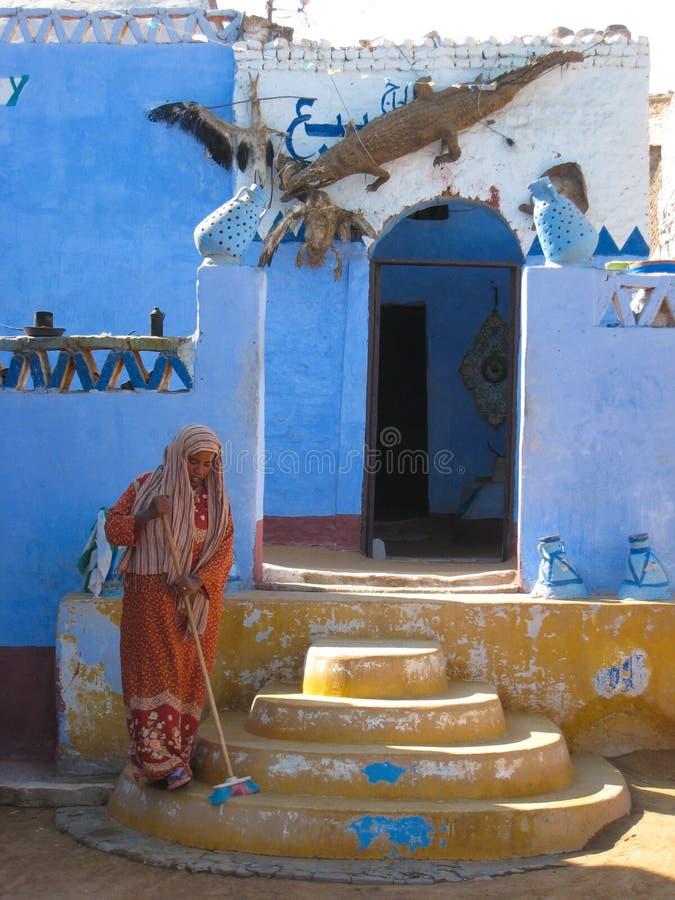 Egyptisk kvinna som sopar på Aswan. Egypten arkivbild