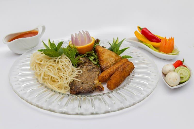 Egyptisk matpasta och biff arkivfoto
