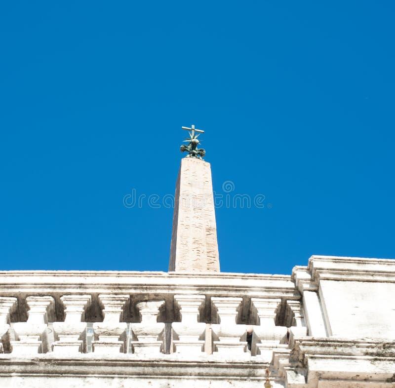 Egyptisk obelisk i Piazza di Spagna i Rome arkivfoton